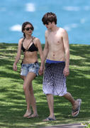 Сара Хайланд, фото 48. Sarah Hyland Out in Maui, 8 March 2010, foto 48